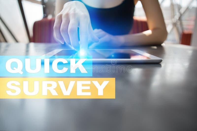 Texto rápido de la encuesta en la pantalla virtual Reacción y certificados de los clientes Internet del negocio y concepto de la  imagenes de archivo