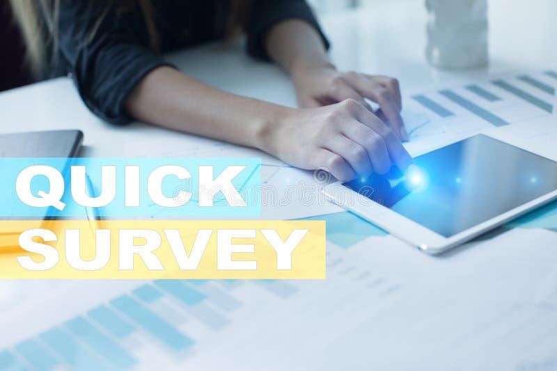 Texto rápido de la encuesta en la pantalla virtual Reacción y certificados de los clientes Internet del negocio y concepto de la  imágenes de archivo libres de regalías