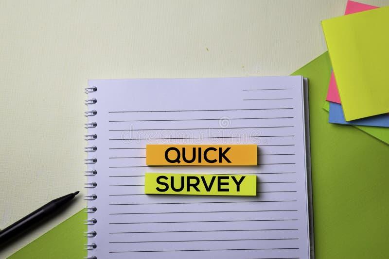 Texto rápido de la encuesta en la tabla del escritorio de oficina de la visión superior de lugar de trabajo y de objetos comercia foto de archivo libre de regalías