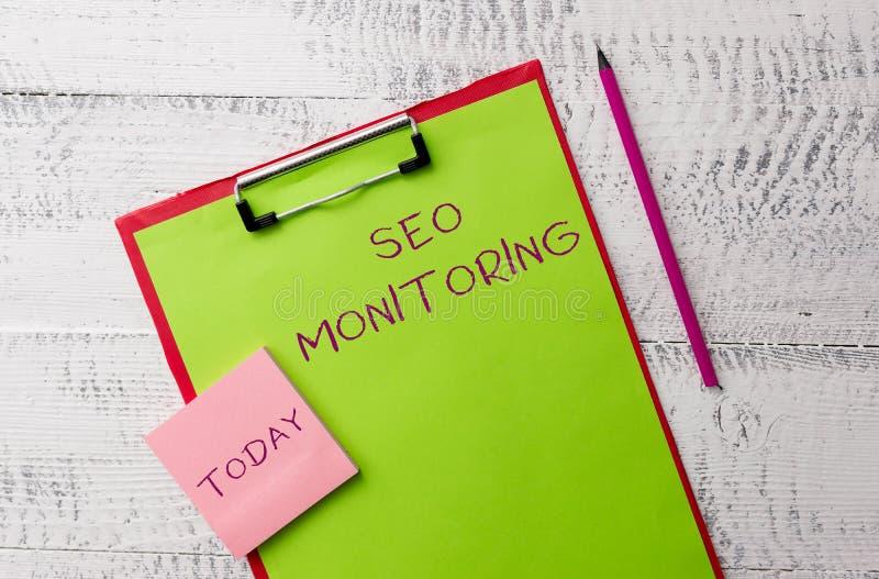 Texto Seo Monitoring de la escritura de la palabra Concepto del negocio para seguir el progreso de la estrategia hecho en el meta imágenes de archivo libres de regalías