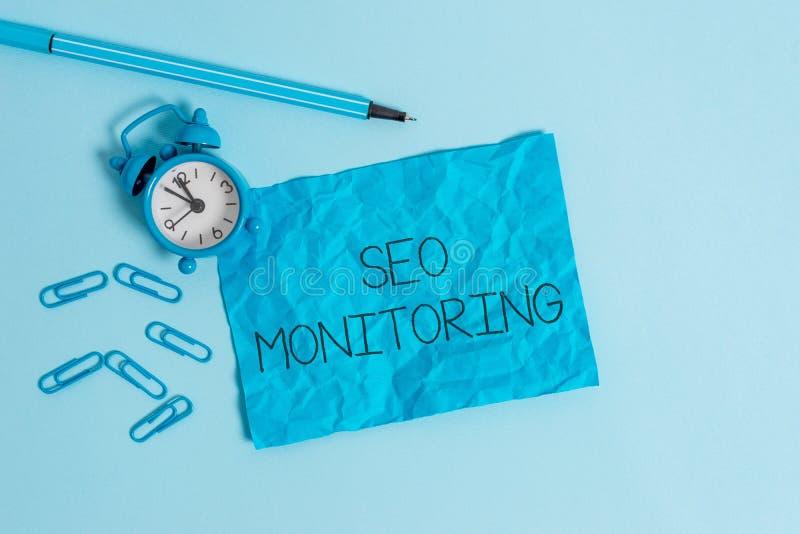 Texto Seo Monitoring de la escritura de la palabra Concepto del negocio para seguir el progreso de la estrategia hecho en el meta imagen de archivo libre de regalías