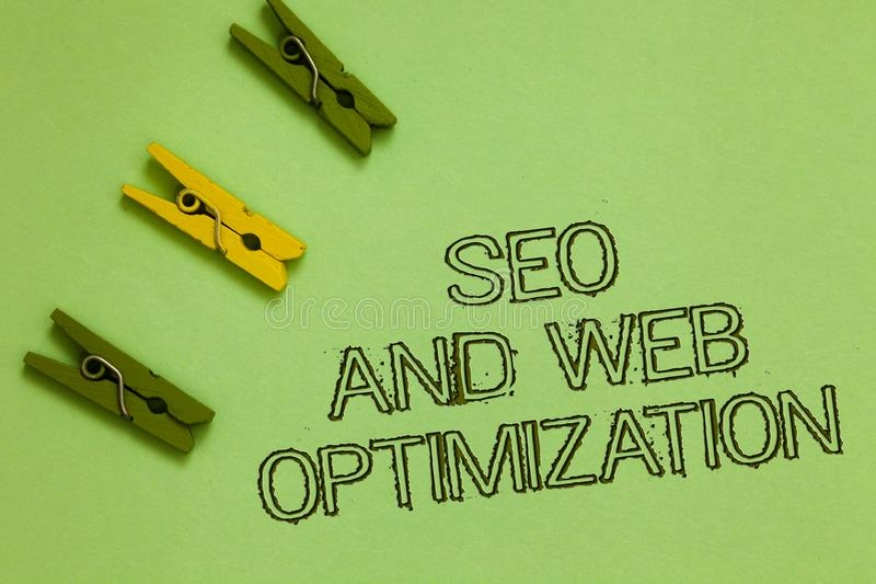 Texto Seo And Web Optimization da escrita da palavra O conceito do negócio para estratégias de marketing de Keywording do Search  fotos de stock royalty free