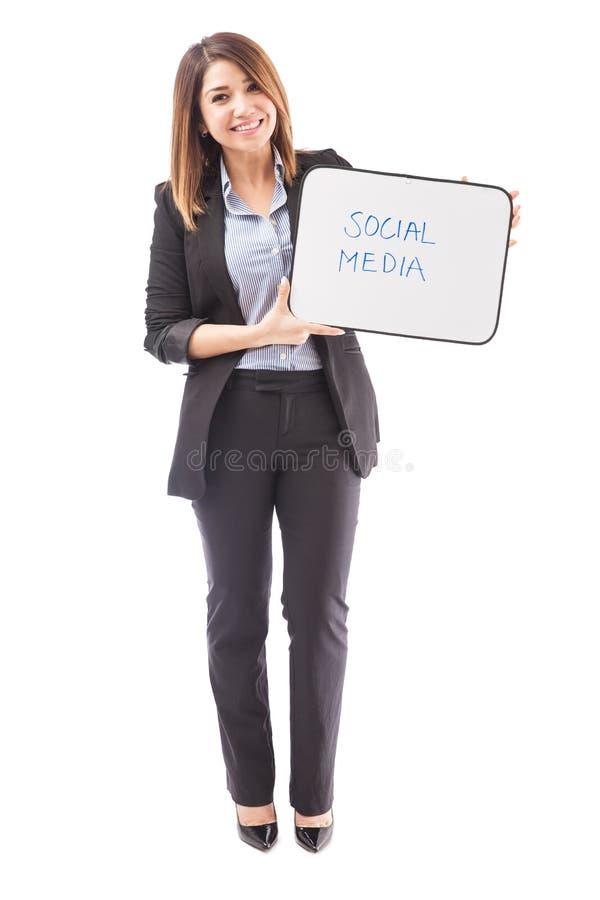Texto SOCIAL dos MEIOS em um whiteboard fotos de stock