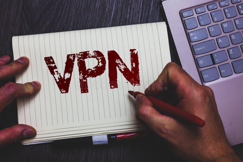 Texto Vpn da escrita da palavra O conceito do negócio para a rede virtual privada fixada através do domínio confidencial protegeu fotos de stock royalty free