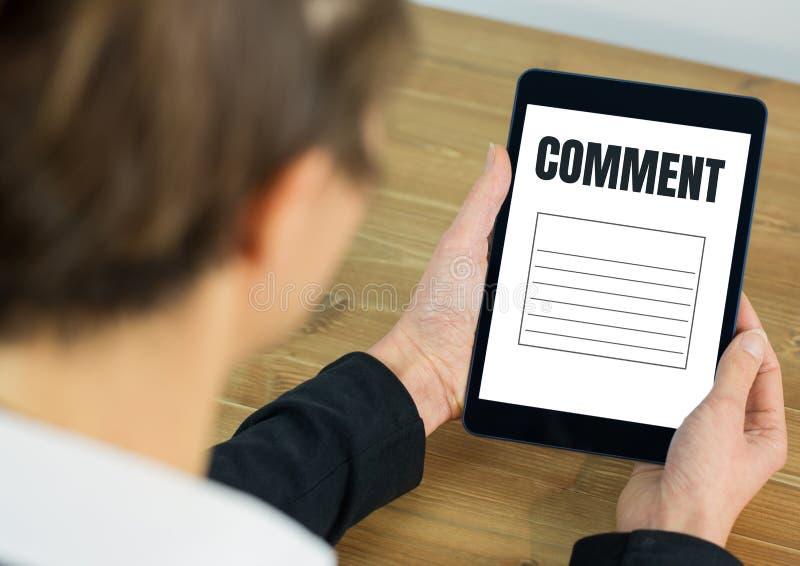 Texto y gráfico del comentario en la pantalla de la tableta con las manos foto de archivo libre de regalías