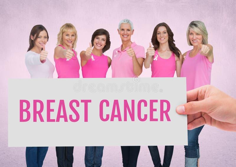 Texto y mano del cáncer de pecho que sostienen la tarjeta con las mujeres rosadas de la conciencia del cáncer de pecho imagen de archivo libre de regalías