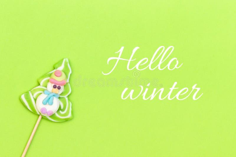 Textotez bonjour l'hiver et la lucette de sucrerie du bonhomme de neige drôle photo stock