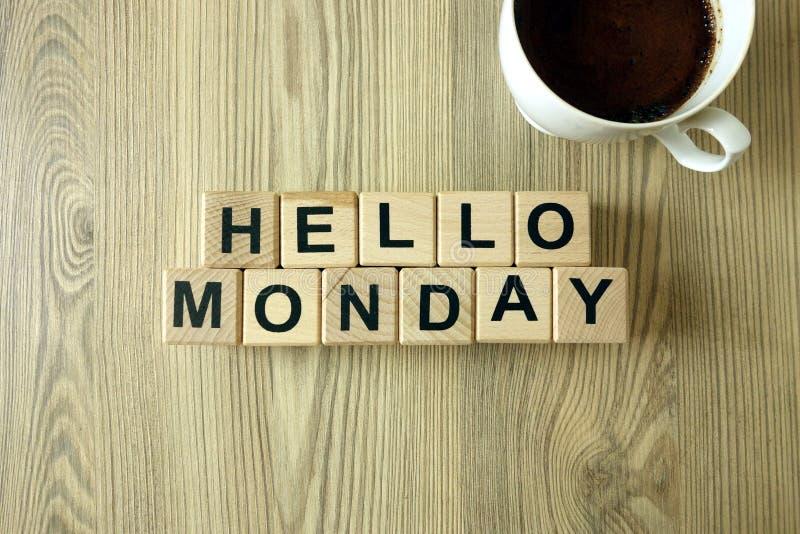 Textotez bonjour lundi et tasse de café aromatique sur le fond en bois images stock