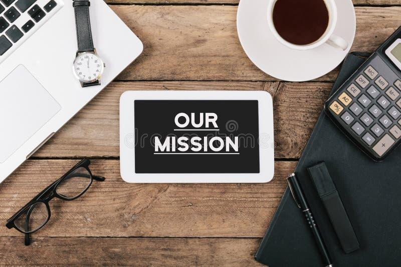 Textotez notre mission sur l'écran de l'ordinateur de table au bureau images stock