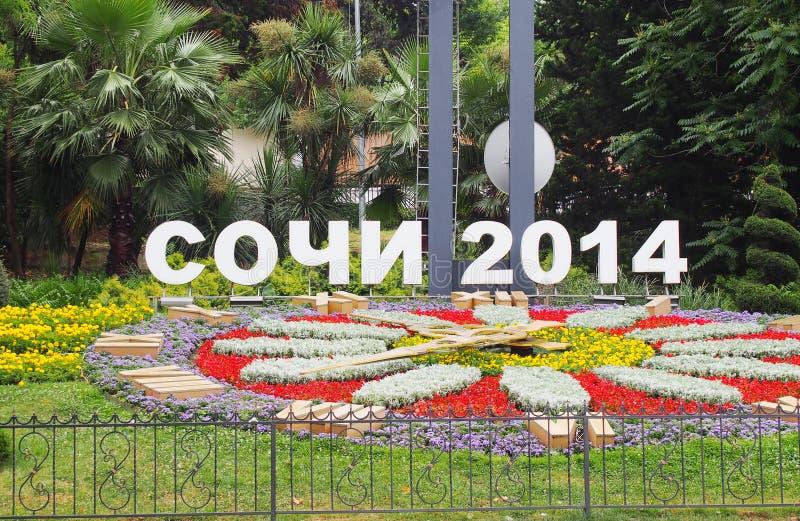 Textotez Sotchi 2014 à côté du lit de fleur lumineux dans la ville image libre de droits