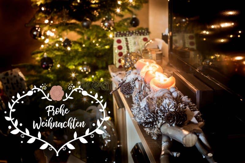 Textspace decorado bonito de queimadura de quatro presentes da árvore de Natal das luzes das velas do advento que diz o Feliz Nat imagem de stock royalty free