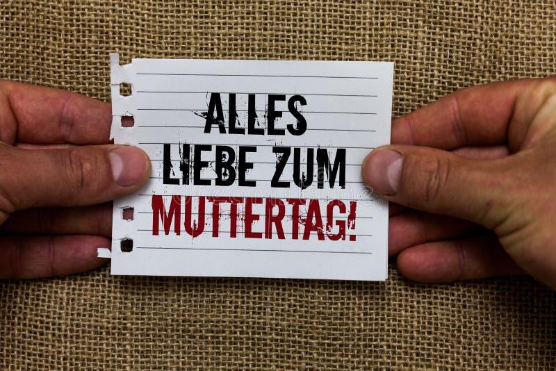 Texttecken som visar Alles Liebe Zum Muttertag För moderdag för begreppsmässigt foto lyckligt innehav för man för affektion för g royaltyfri fotografi