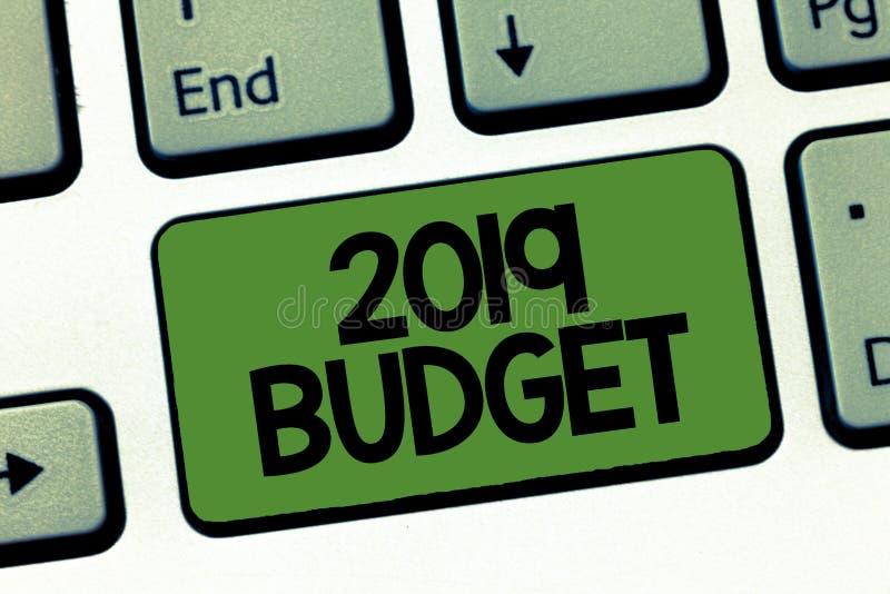 Texttecken som visar budget 2019 Finansiellt plan för begreppsmässig fotoaffär för investeringstrategi för nytt år arkivbild