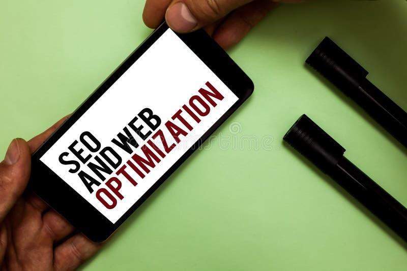 Texttecken som visar Seo And Web Optimization Begreppsmässig för Keywording för fotosökandemotor mans för strategier marknadsföri royaltyfria foton