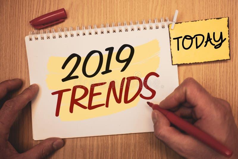 Texttecken som visar 2019 trender Begreppsmässiga utvecklingar för nytt år för foto i mode ändrar innovationer ModernMan som skap royaltyfria bilder
