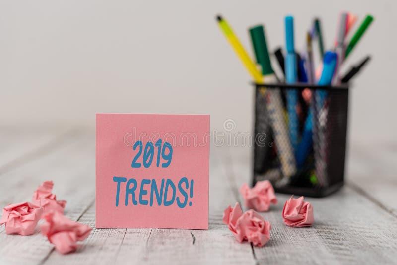 Texttecken som visar 2019 trender Ställde den allmänna riktningen in för det begreppsmässiga fotoet, som något är framkalla eller arkivfoton