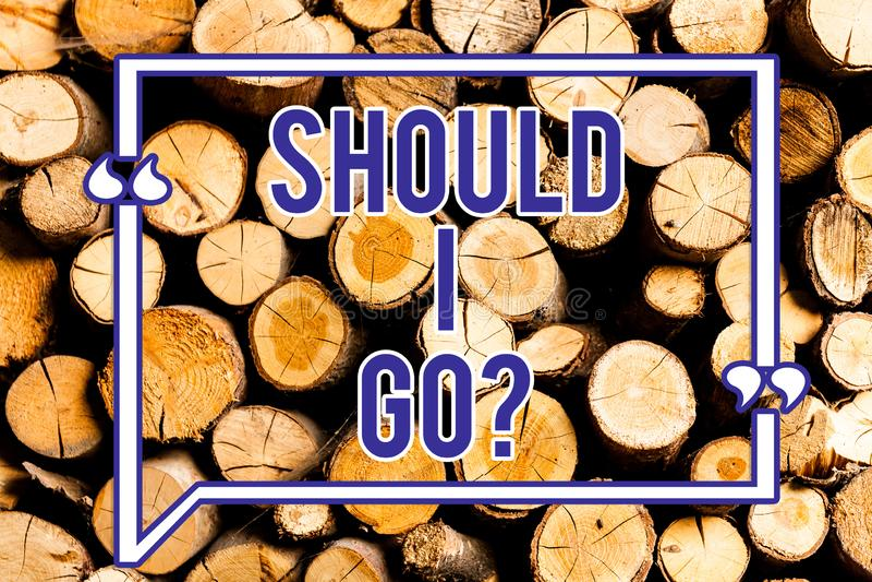 Textteckenvisning, bör jag går Begreppsmässigt foto som söker efter anledningar att lämna ett ställe tvivelaktigt dilemma trä royaltyfri fotografi