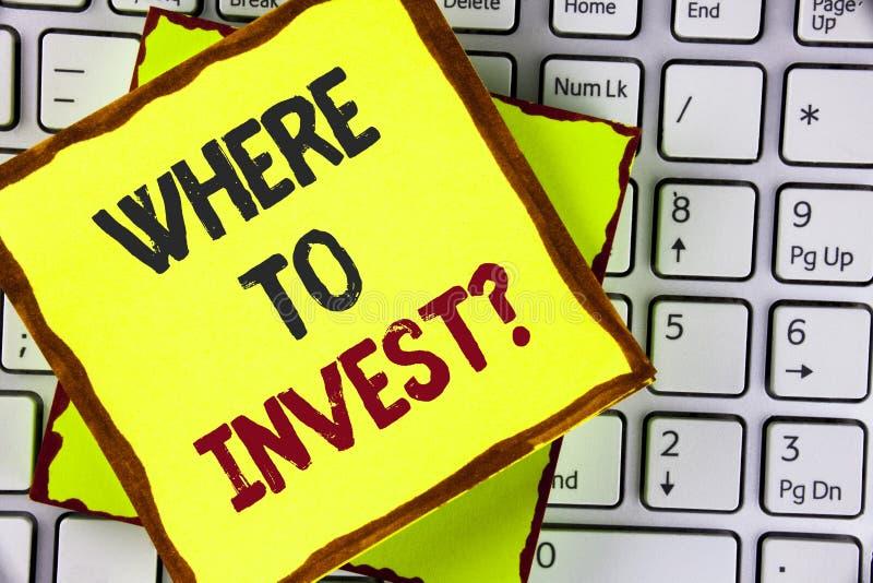 Textteckenvisning var att investera fråga För ställemateriel för begreppsmässigt foto höger aktie som spenderar dina besparingar  arkivbild