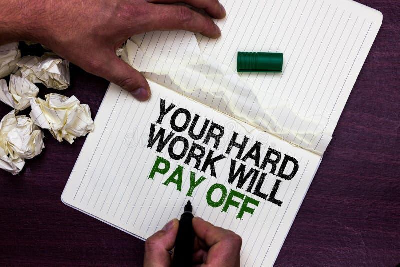 Texttecknet som visar ditt hårt arbete, ska betala av Ska ökande arbetsförsök för det begreppsmässiga fotoet leda till hållande m fotografering för bildbyråer