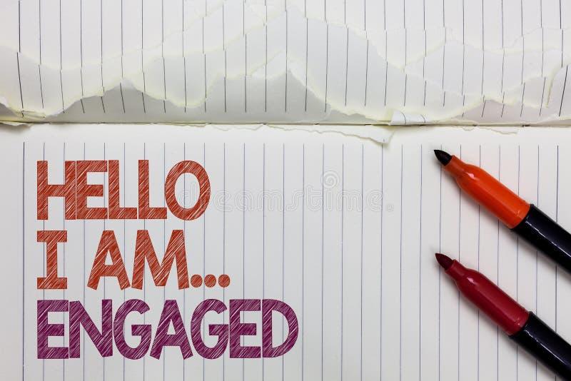Texttecknet som visar Hello är jag engaged Det begreppsmässiga fotoet gav han cirkeln som vi ska få gift bröllop den vita sönderr arkivfoto