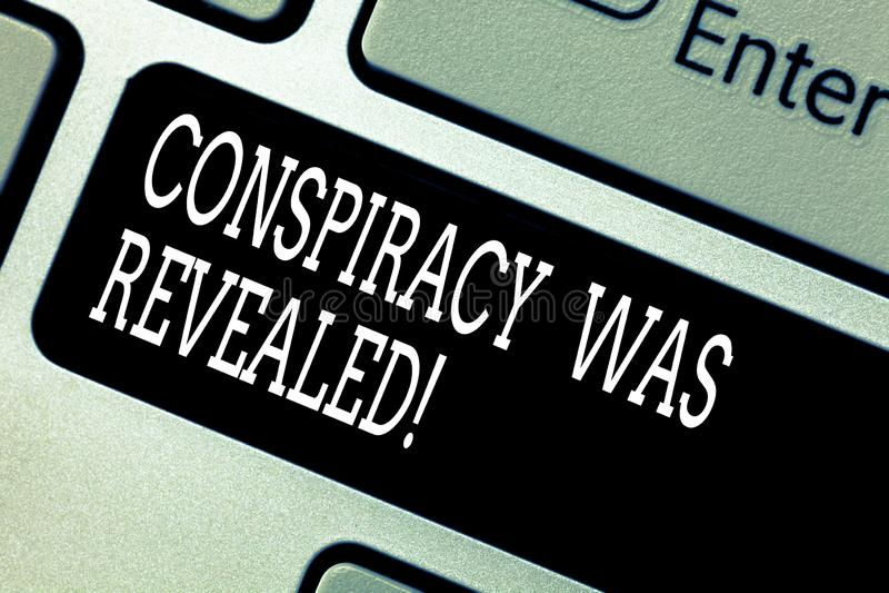 Texttecknet som visar komplott, avslöjdes Det begreppsmässiga fotoet aktiviteten av i hemlighet planerat var den släppte loss tan royaltyfria foton
