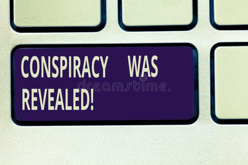 Texttecknet som visar komplott, avslöjdes Det begreppsmässiga fotoet aktiviteten av i hemlighet planerat var den släppte loss tan arkivfoto