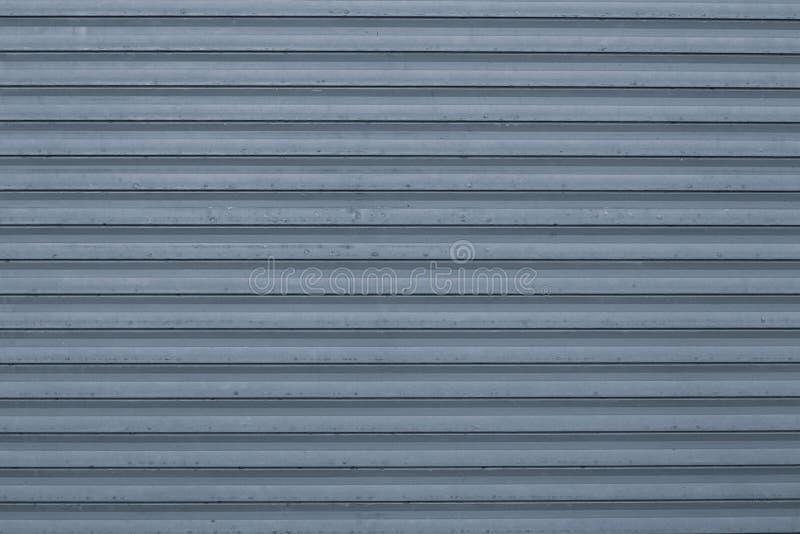 Textur av blå och för grå färger korrugerad metallisk yttersida Blå ribbad bakgrund med band, raka linjer Modern modell av blått royaltyfria bilder