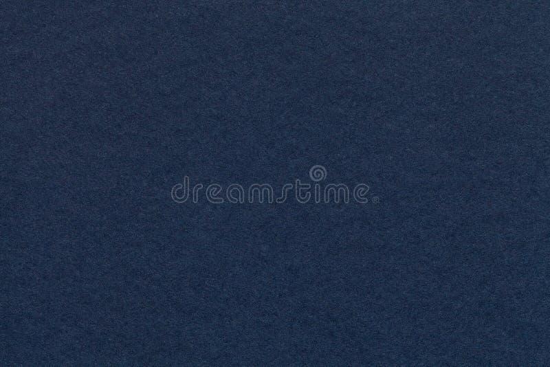 Textur av den gamla closeupen för marinblått papper Struktur av en tät papp Grov bomullstvillbakgrunden arkivfoto