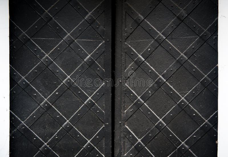 Textur av den svarta gamla metalldörren med nitar för bakgrund royaltyfri fotografi
