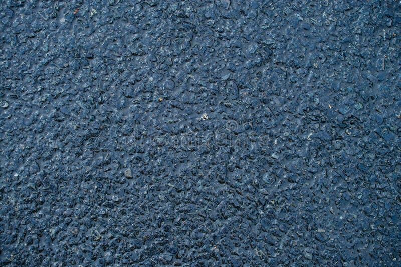 Textur av den våta asfaltvägen Trottoarbakgrund efter tung rai arkivfoto
