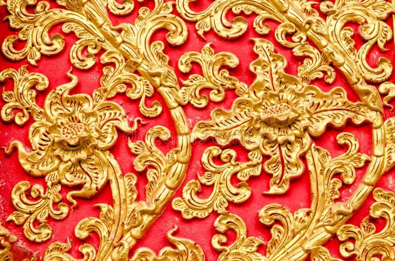 Textur av det guld- färgträdet för stuckatur på Wat Prathat Lampang Luang arkivbilder