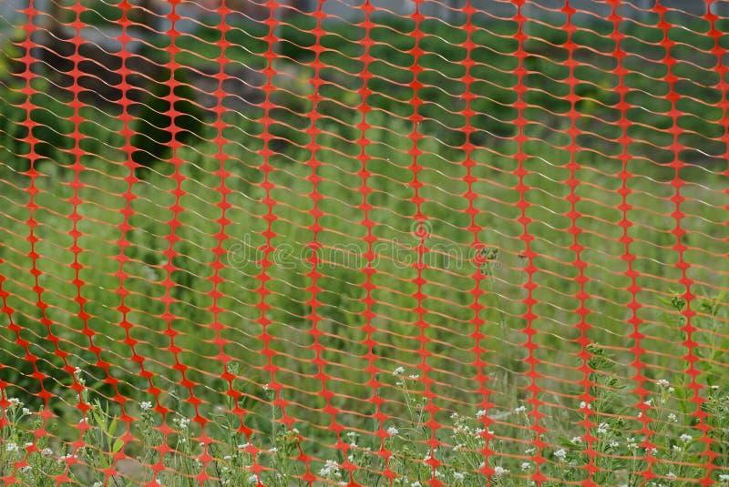 Textur av det röda plast- ingreppsstaketet på en bakgrund royaltyfria bilder