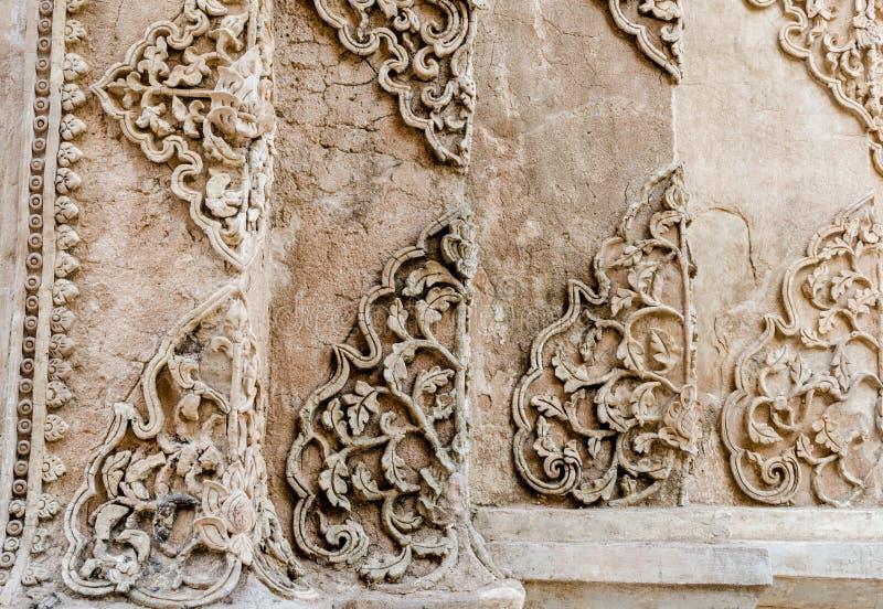 Textur av det vita färgträdet för stuckatur på Wat Prathat Lampang Luang royaltyfri foto