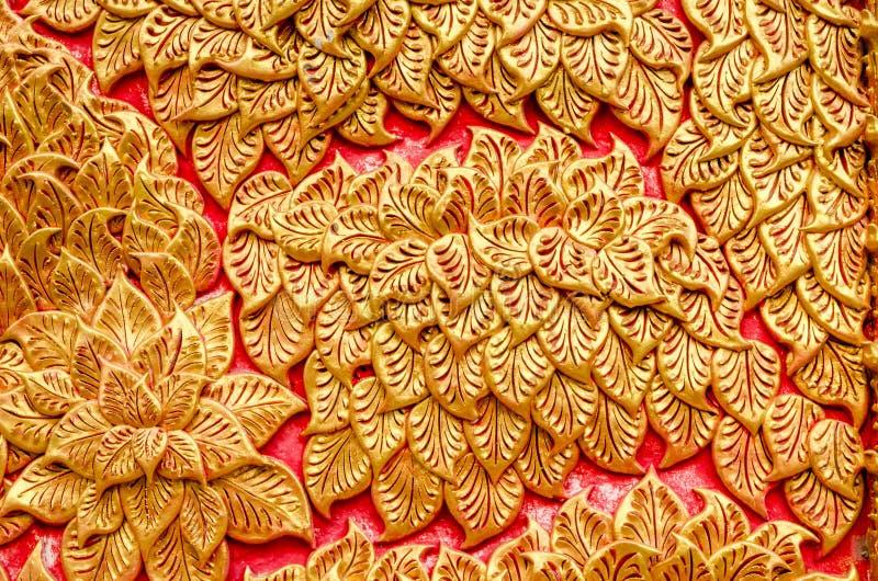 Textur av det vita färgträdet för stuckatur på Wat Prathat Lampang Luang arkivfoton