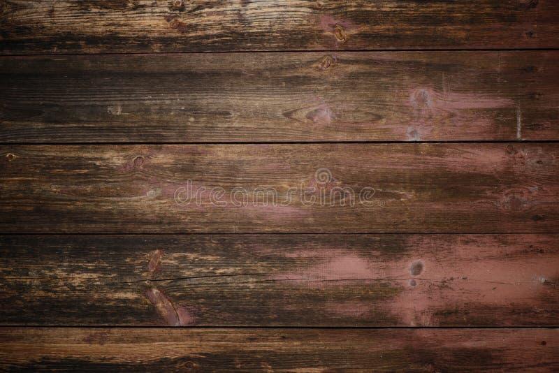 Textur av en gammal träplatta som färgas i en körsbärsröd blomning, en textur för en bakgrund royaltyfri foto