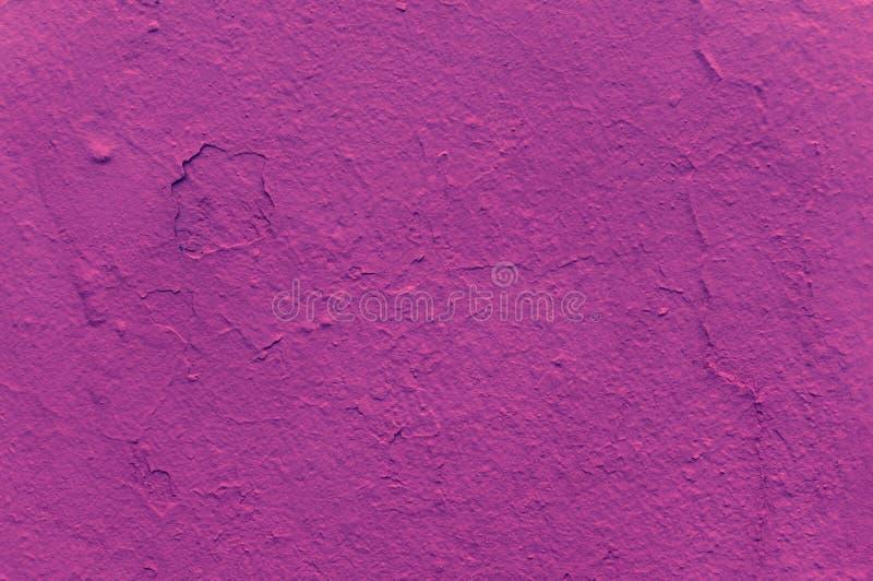 Textur av en mörk rosa skugga på en betongvägg Trendig fuchsiafärg abstrakt frambragd diagramtextur f?r bakgrund dator arkivfoton