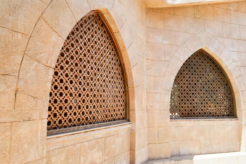 Textur av en träbrun gamal man av ett forntida härligt snidit texturerat arabiskt islamiskt islamiskt triangulärt fönster med pry arkivbilder