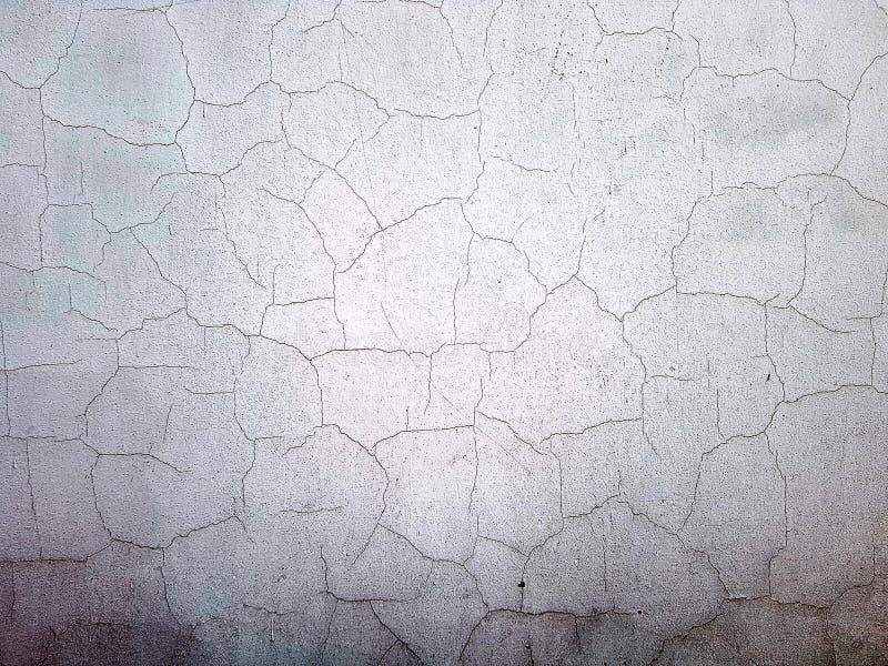 Textur av en vit sprucken v?gg Vit gammal sjaskig vägg fotografering för bildbyråer