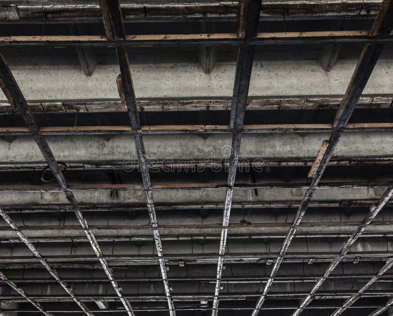 Textur av ett konkret tak med träfyrkanter arkivbild