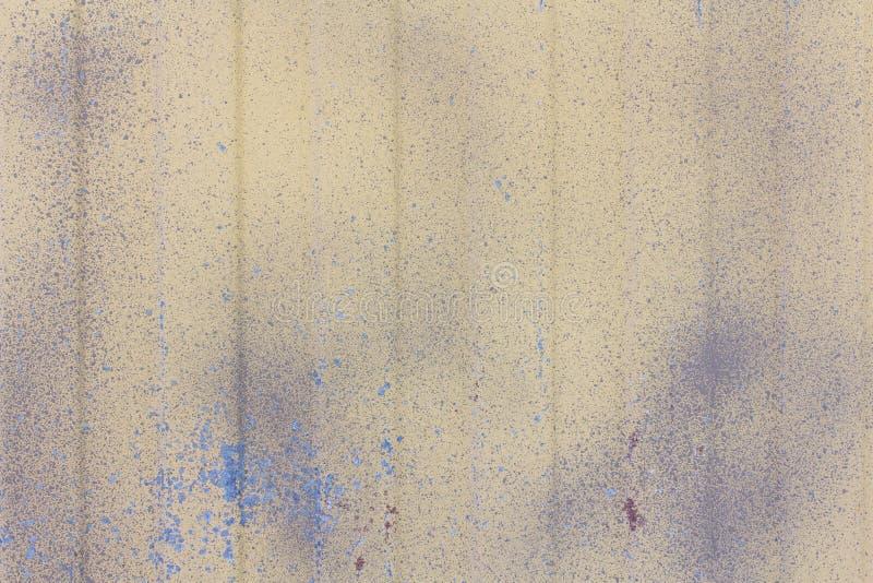 Textur av gammal arkmetall med sliten beige målarfärg arkivfoto