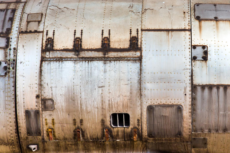 Textur av gammal metallisk flygplanhud fotografering för bildbyråer
