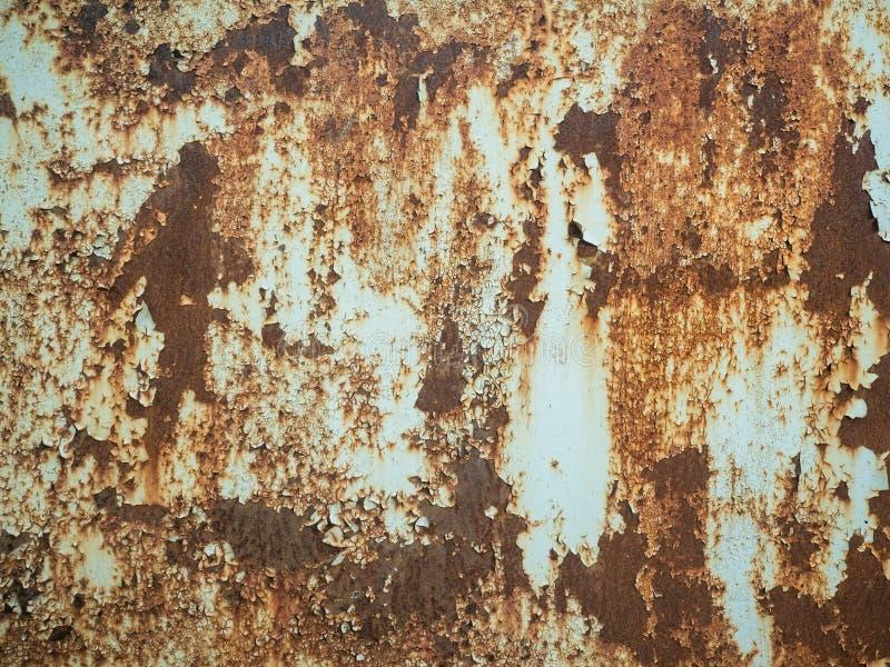 Textur av gammal rostig metall med strimmor av rost och knäckt flagnande målarfärg Yttersida av den rostiga metallnärbilden med g royaltyfri bild