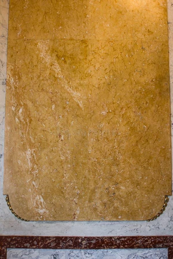 Textur av gul granit på väggen av ett lyxigt rum guld- inre närbild kopiera avst?nd arkivfoton