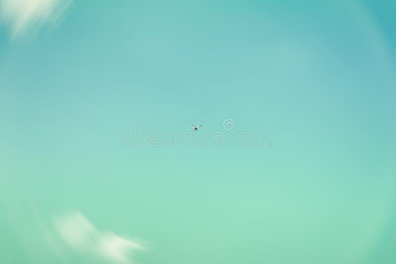 Textur av himmel, härlig turkos eller azurer färgar, vita fluffiga moln Höjdpunkten i himlen flyger helikoptern, surr royaltyfria foton