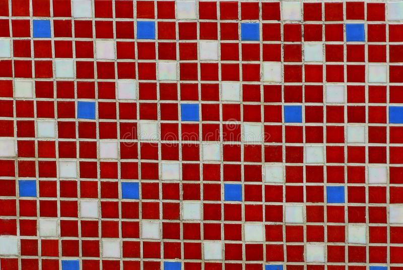 Textur av kulöra fyrkantiga små keramiska tegelplattor på väggen arkivfoton