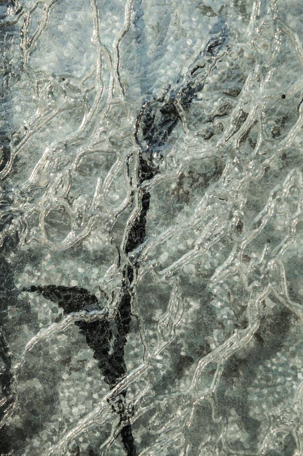 Textur av präglat krabbt tjockt exponeringsglas med målat glass blom- p fotografering för bildbyråer