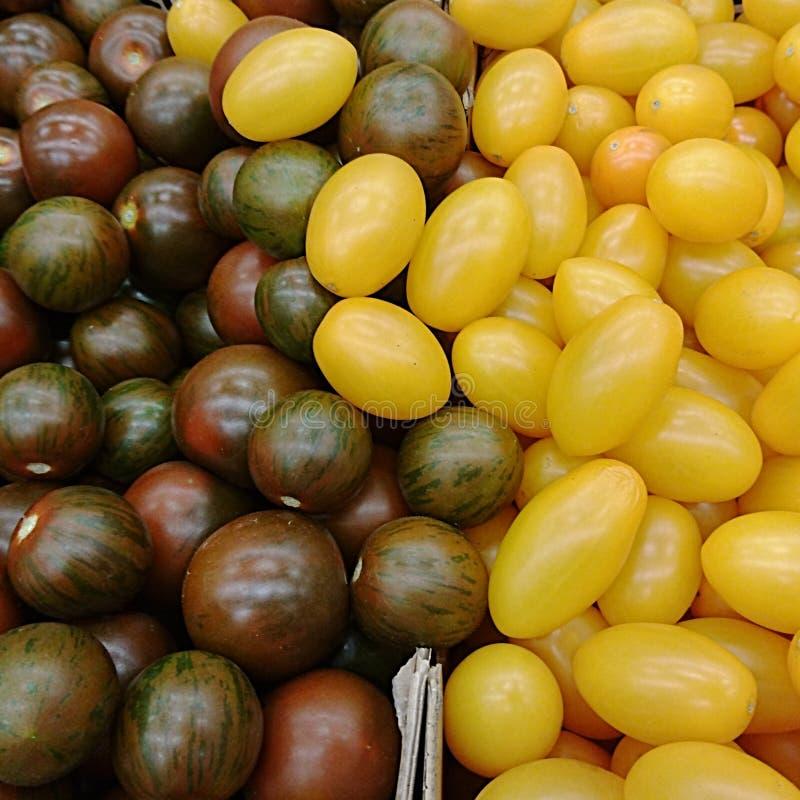 Textur av purpurfärgade och gula Cherrytomatoes arkivbilder
