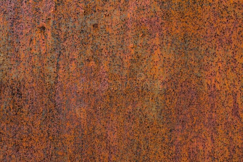 Textur av rostig metall på en gammal metalldörr till garaget arkivbilder
