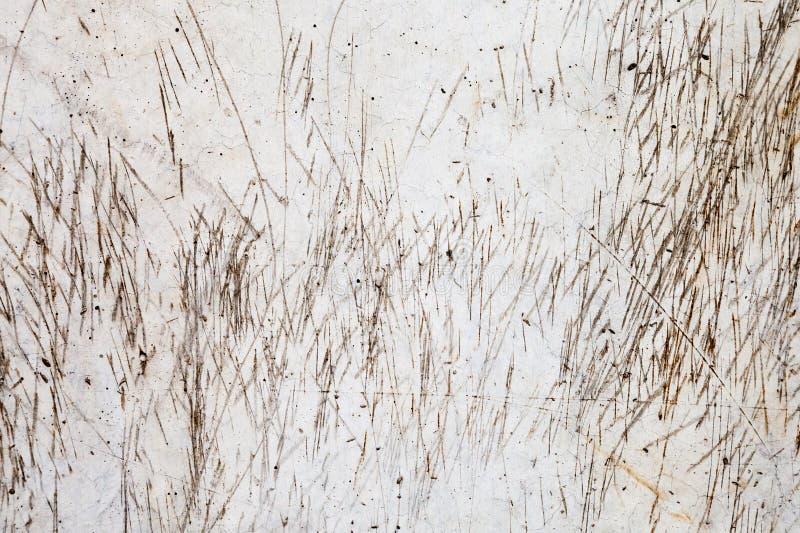 Textur av skrapor och fläckar på ljusa Grey Concrete Wall arkivfoto