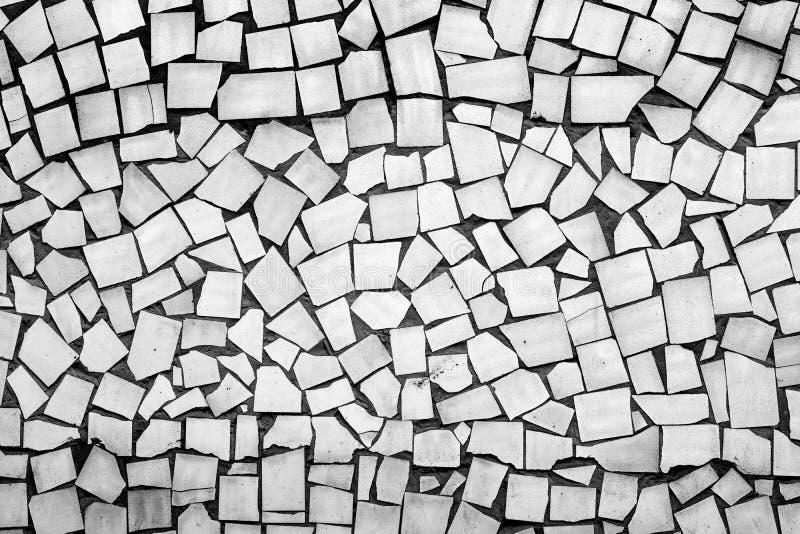 Textur av svartvita assymetriska tegelplattor royaltyfri foto
